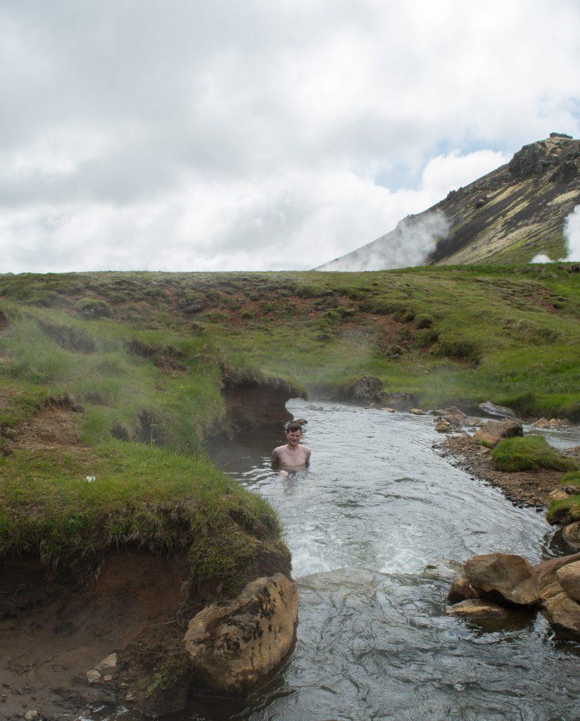 Tag 6: Selbst bei 10 Grad lässt sich im heißen Fluss in Reykjadalur leben.