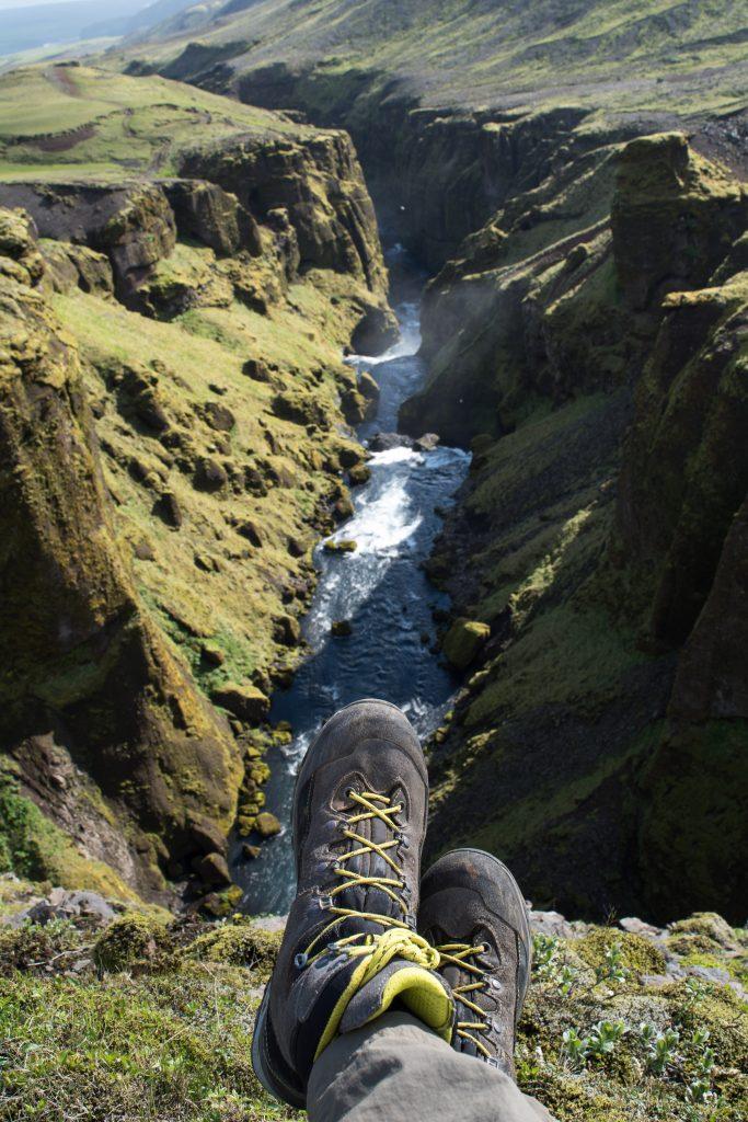 Tag 13: Der Fluss schlängelt sich durch grüne, moosbehangene Felsen. Immer wieder auch als Wasserfall.