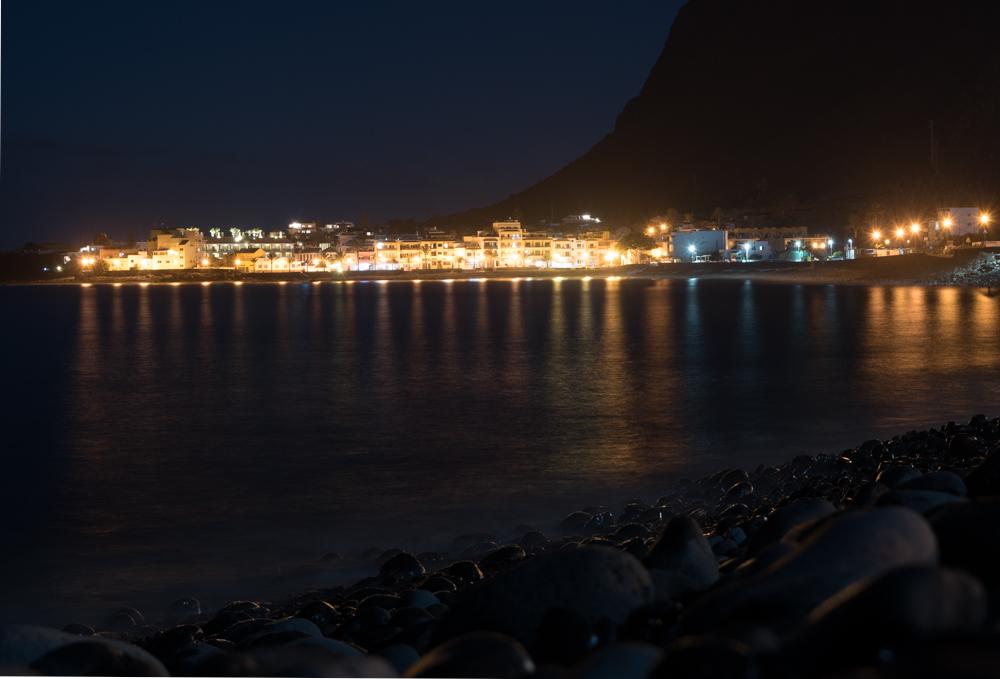 Strandpromenade des Valle Gran Reys bei Nacht.